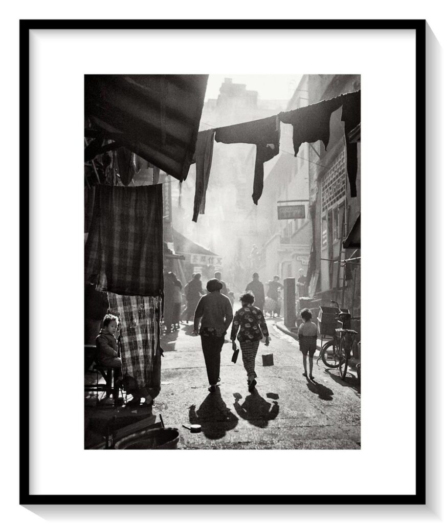 StrollingtoTaiPingShanStreet漫步太平山街_fin_A2_a1_mat_frame-870x1024 FAN HO     Il primo street-photographer